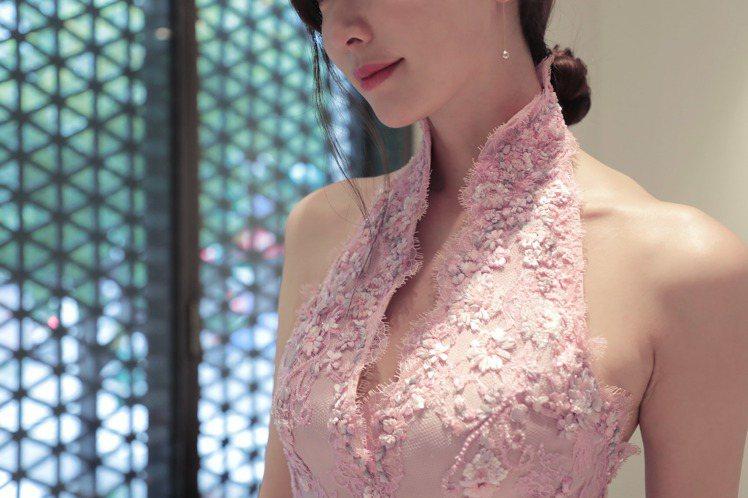 林志玲大婚送客禮服,設計師以簡潔的立領與削肩設計,勾勒出她美麗又性感肩頸線條。圖...