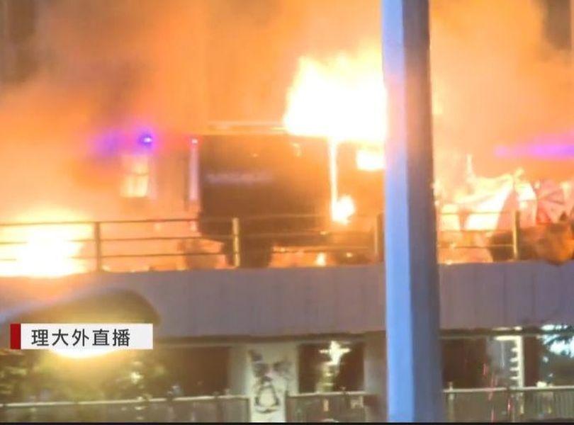今日在香港理工大學外爆發嚴重警民衝突。圖/香港有線截圖