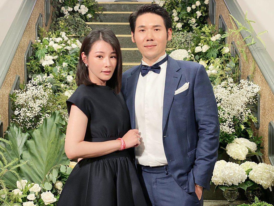陳怡蓉(左)和老公薛博仁受邀參與林志玲婚宴,選穿黑色小禮服出席,只把心機留在後背...