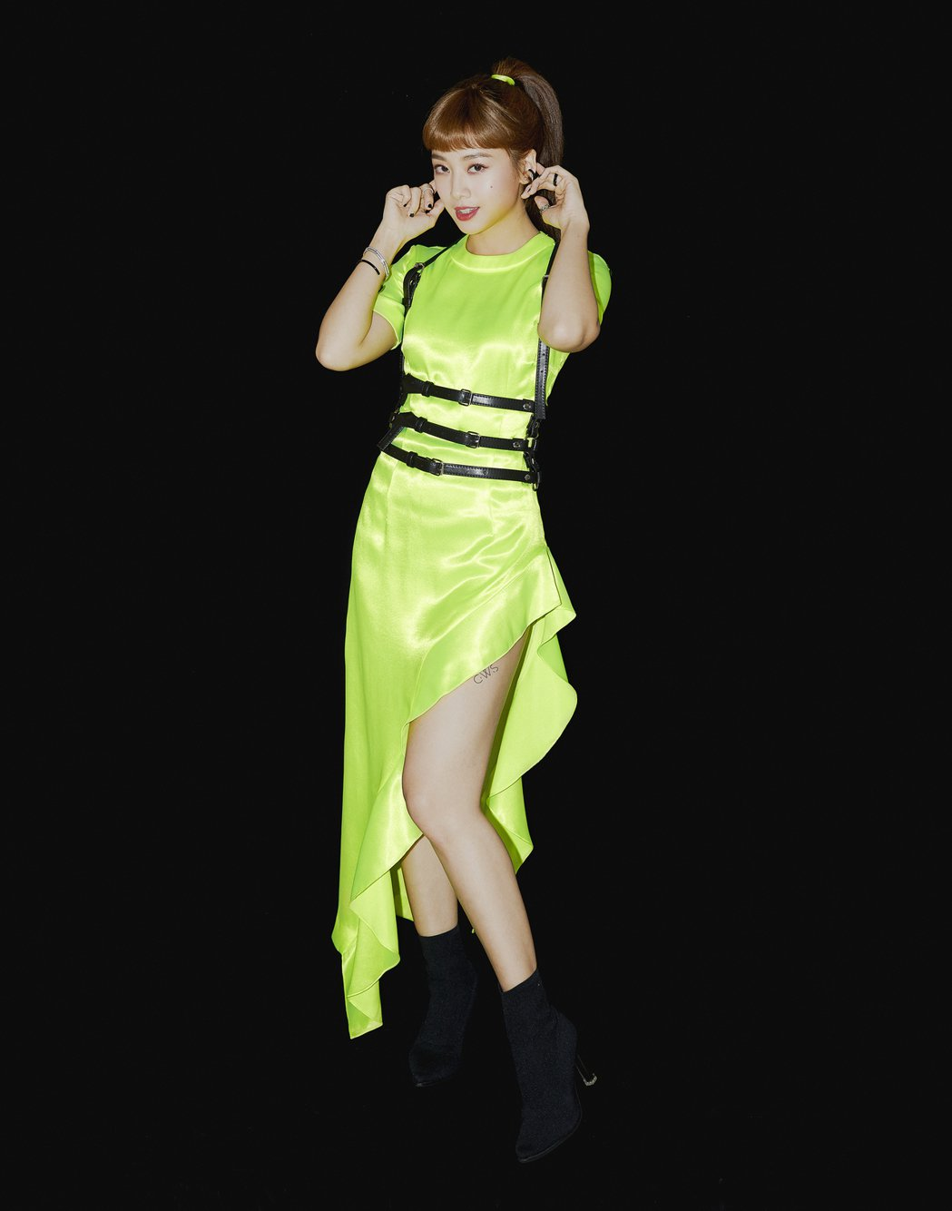 鬼鬼選穿一襲開高衩螢光綠洋裝。圖/愛貝克思提供