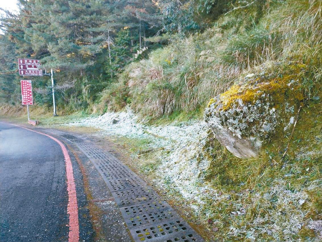 秋冬天氣轉冷,玉山、合歡山等山域開始出現結霜現象,上山民眾需注意開車、健行安全和...