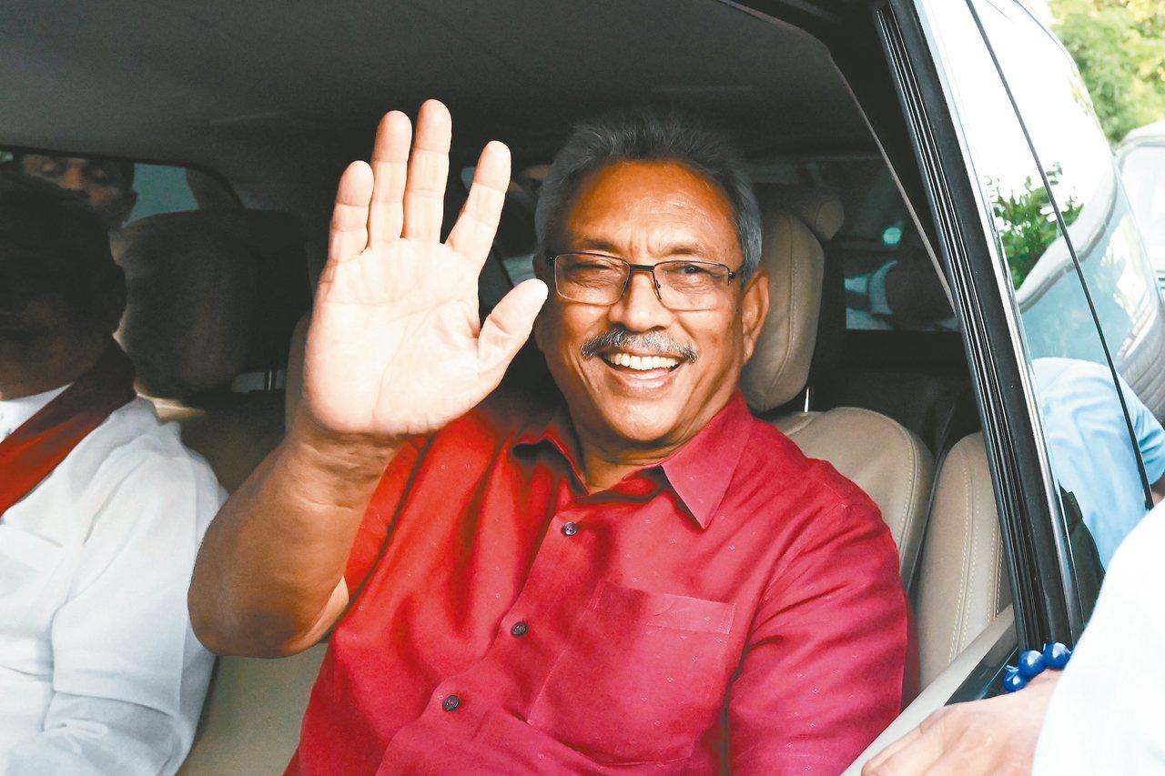 斯里蘭卡總統當選人拉賈帕克薩十七日在可倫坡向支持者揮手致意。 (法新社)