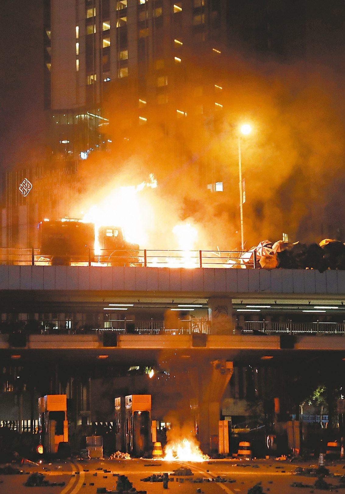 香港反送中示威者昨天與警方在理工大學外爆發激烈衝突,示威者向港警投擲汽油彈,造成...