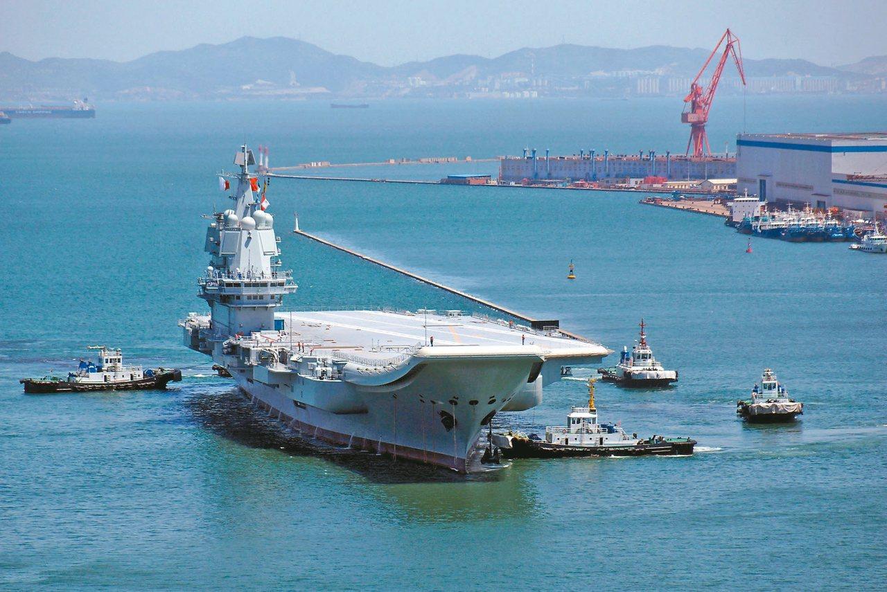 中共首艘自製航母,17日經台灣海峽南航;圖為該航艦5月首次試航後停在大連。 (路...