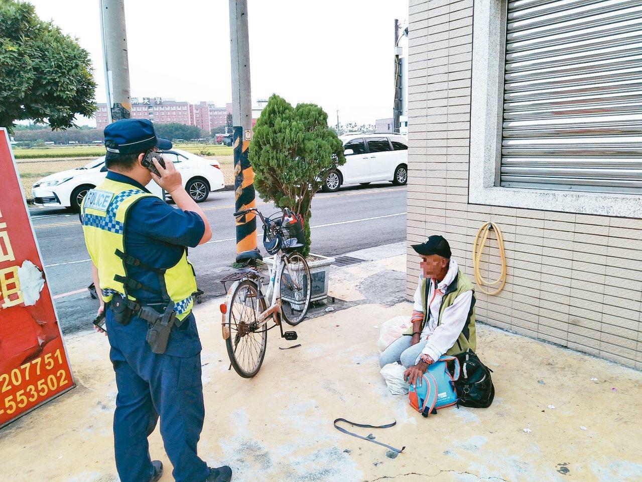 呂姓男子(右)騎腳踏要環島,但騎到霧峰時爆胎,警方給予關心。 圖/警方提供