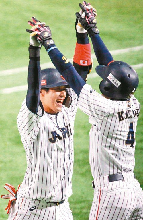 山田哲人(左)敲逆轉三分彈,與隊友開心慶祝。 特派記者侯永全/攝影