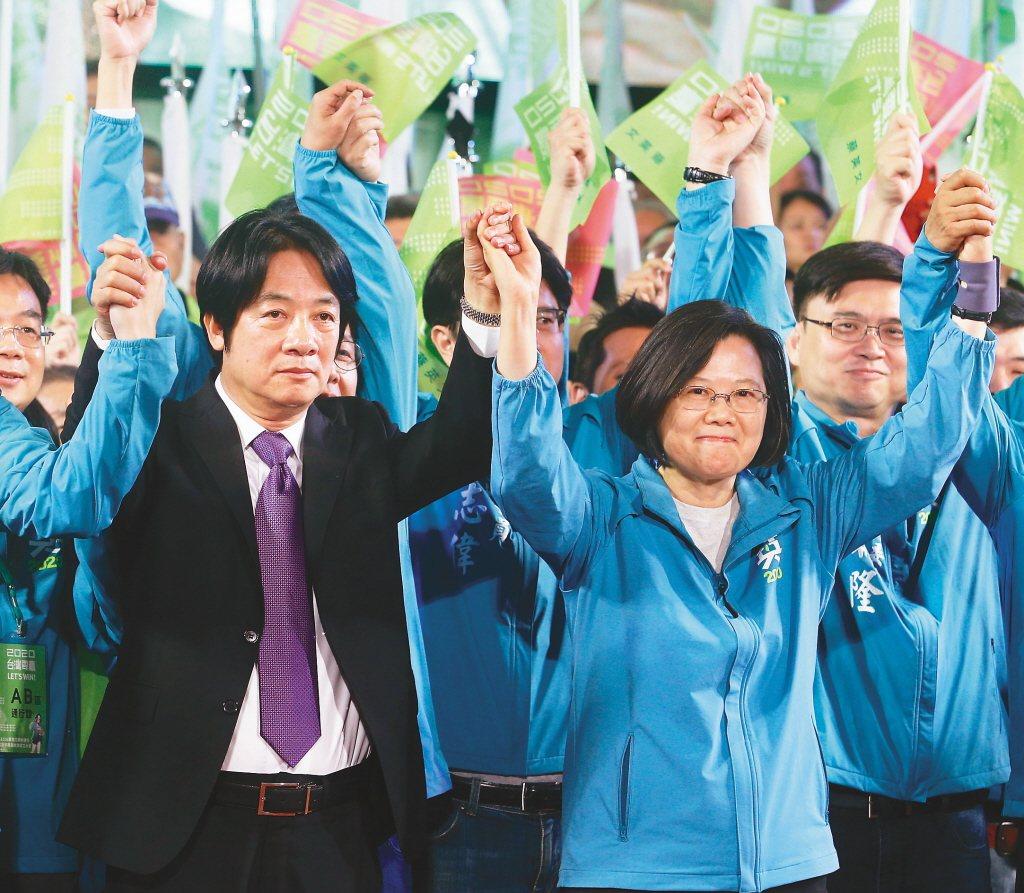 民進黨總統參選人蔡英文(前排右)宣布行政院前院長賴清德(前排左)為副手人選,圖為...