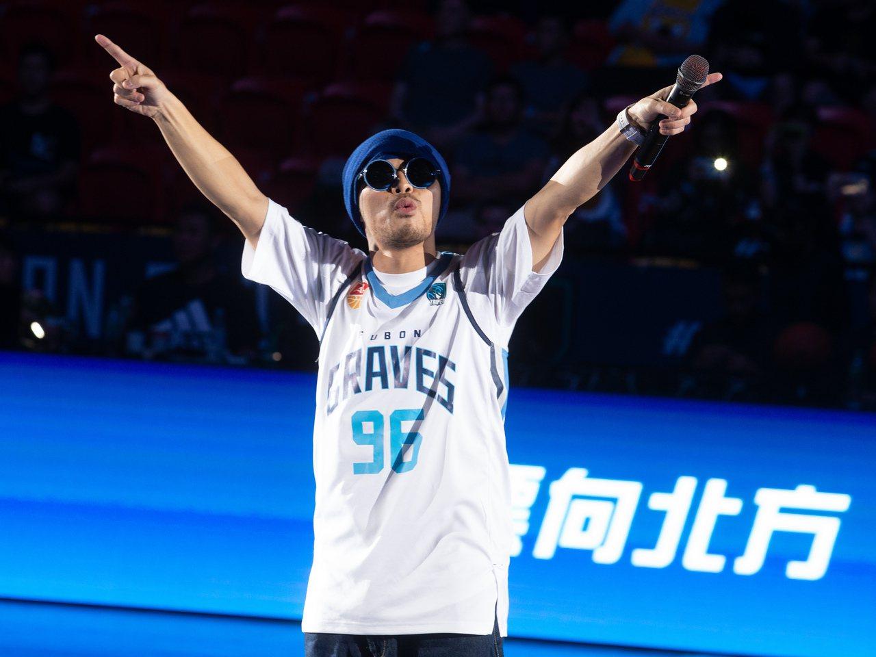 主場第二戰賽前找來歌手黃明志開唱。 記者季相儒/攝影