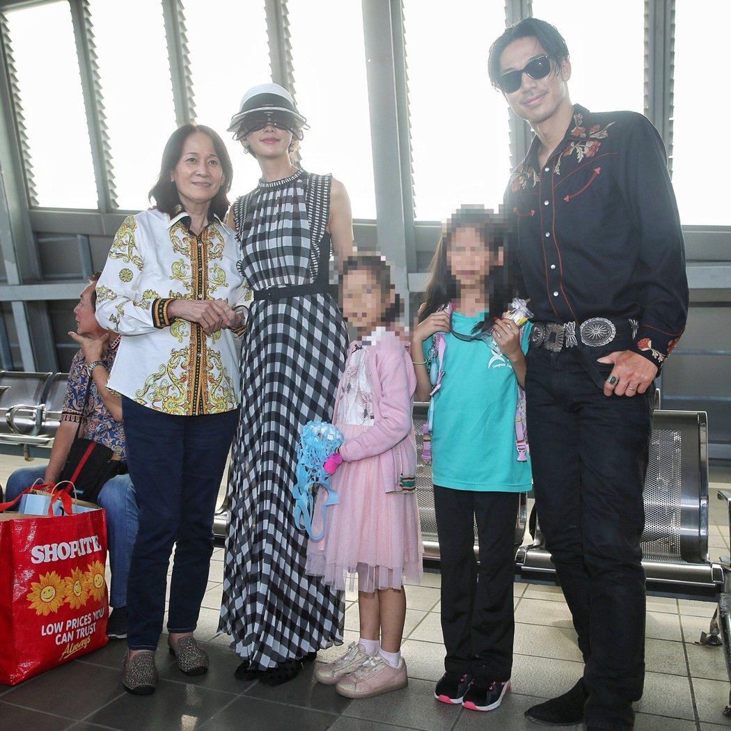 林志玲(左三)與AKIRA(右一)完成世紀婚禮後,一家人現身台南高鐵回台北。林志...