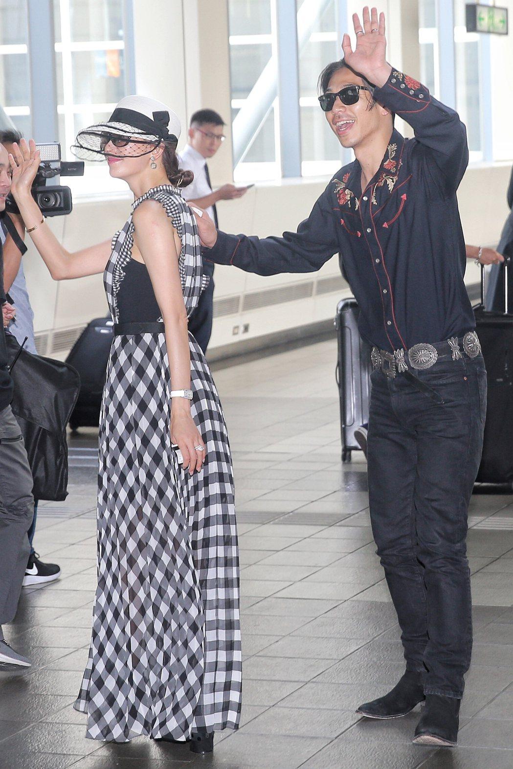 林志玲(左)與AKIRA (右)完成世紀婚禮後,現身台南高鐵搭車回台北。記者林伯...