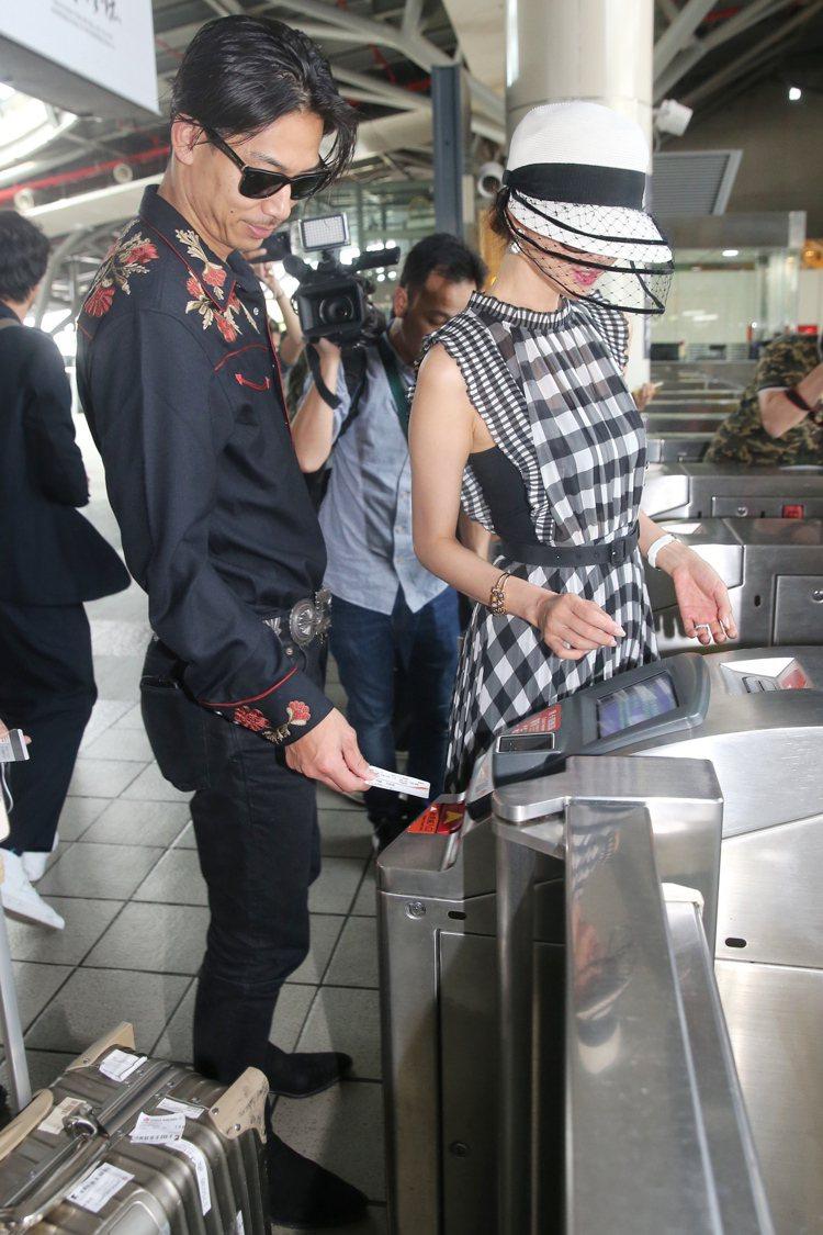 林志玲(右)與AKIRA (左)完成世紀婚禮後,現身台南高鐵搭車回台北。記者林伯...