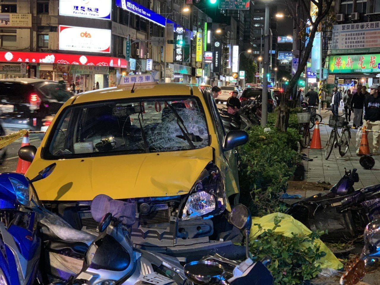 台北市中山區吉林國小前,今晚5時許1輛計程車疑似失控,衝撞碰多輛停放路邊的機車,...