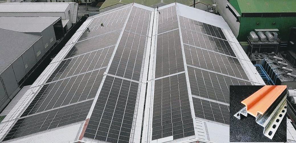廠房屋頂浪板採用冠旭的屋頂無浪板太陽能專利支架,透光省電費,完全不會漏水,抗17...
