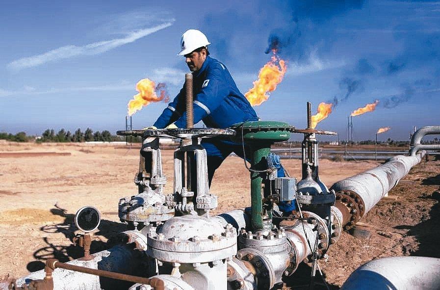 永續基金投資油氣公司,遭批名不符實。 美聯社