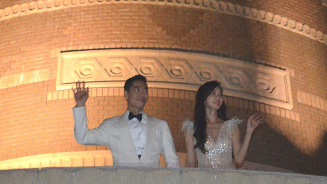 志玲與良平在美術館2樓露臺向民眾揮手致意。  陳慧明 攝影