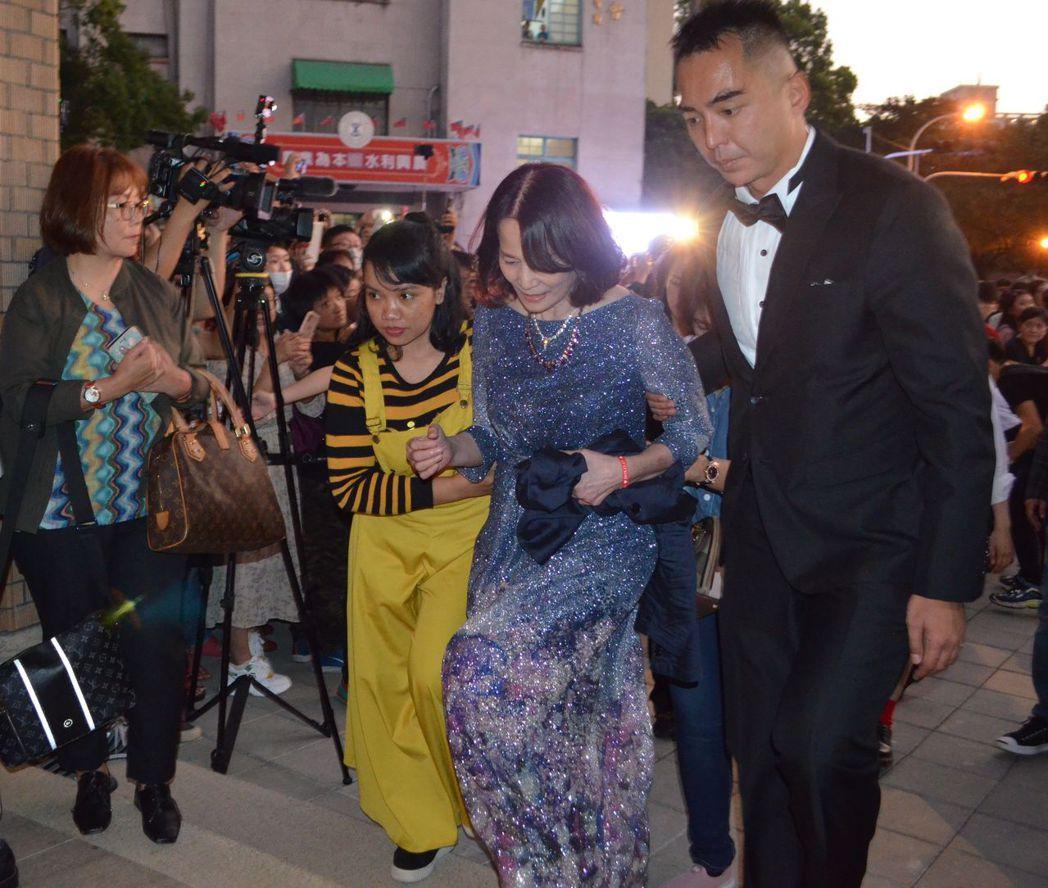 林志玲的媽媽與哥哥到婚宴會場。  陳慧明 攝影