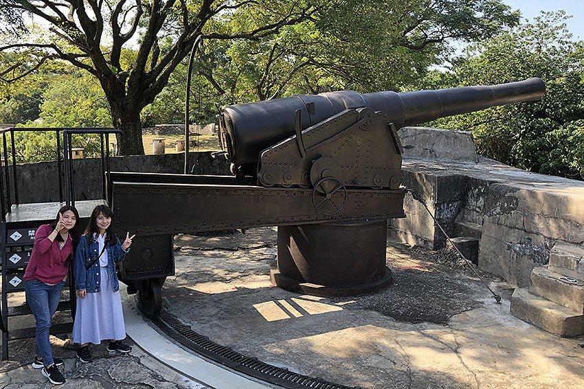淡古復刻的阿姆斯脫朗8吋砲正式亮相,長達700公分的模型砲氣勢磅礡。 淡水古蹟博...