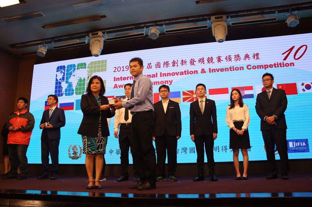 學生團隊由洪國峰(右)代表上台領獎。 美和科大/提供