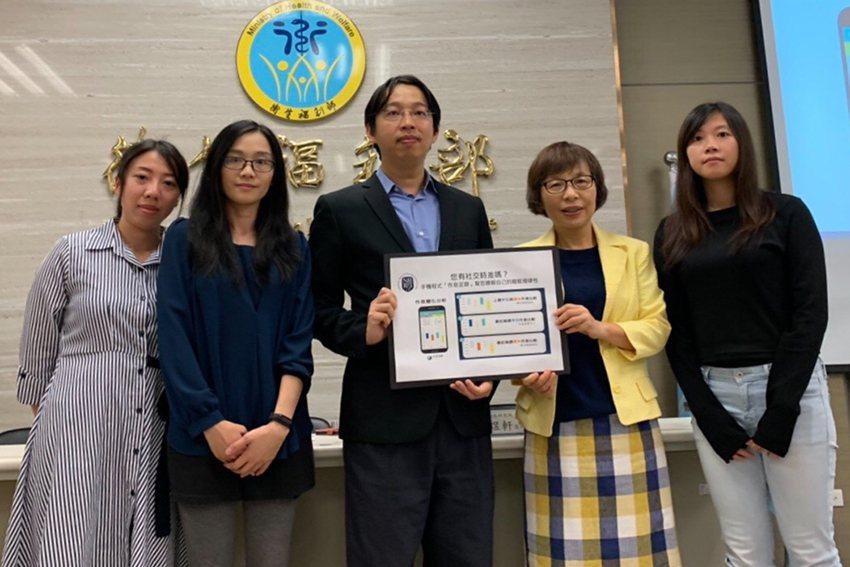 國衛院主任秘書吳秀英(右二)與林煜軒醫師研究團隊。 國衛院/提供