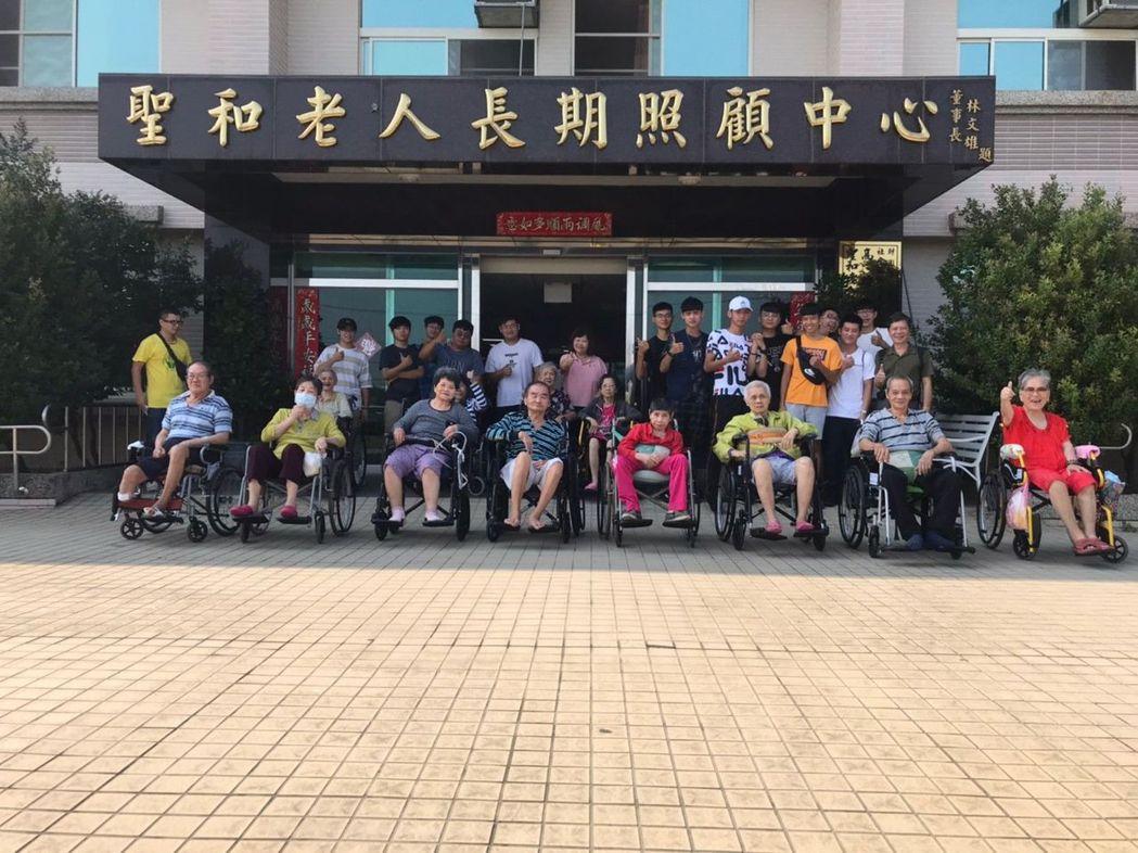高苑科大學生陪伴老人服務學習。 高苑科大/提供