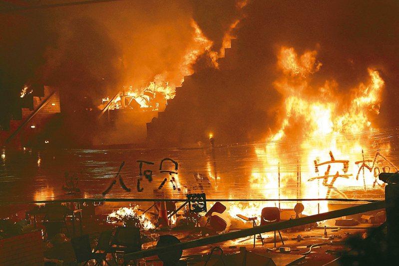 清晨再陷火海 香港理工大學示威者18日與警察徹夜對峙,校園內多處起火。 美聯社