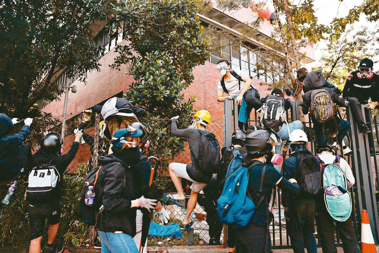 示威撤離被逼回受困校園示威者試圖撤離理大時,遭現場港警逼回。 路透