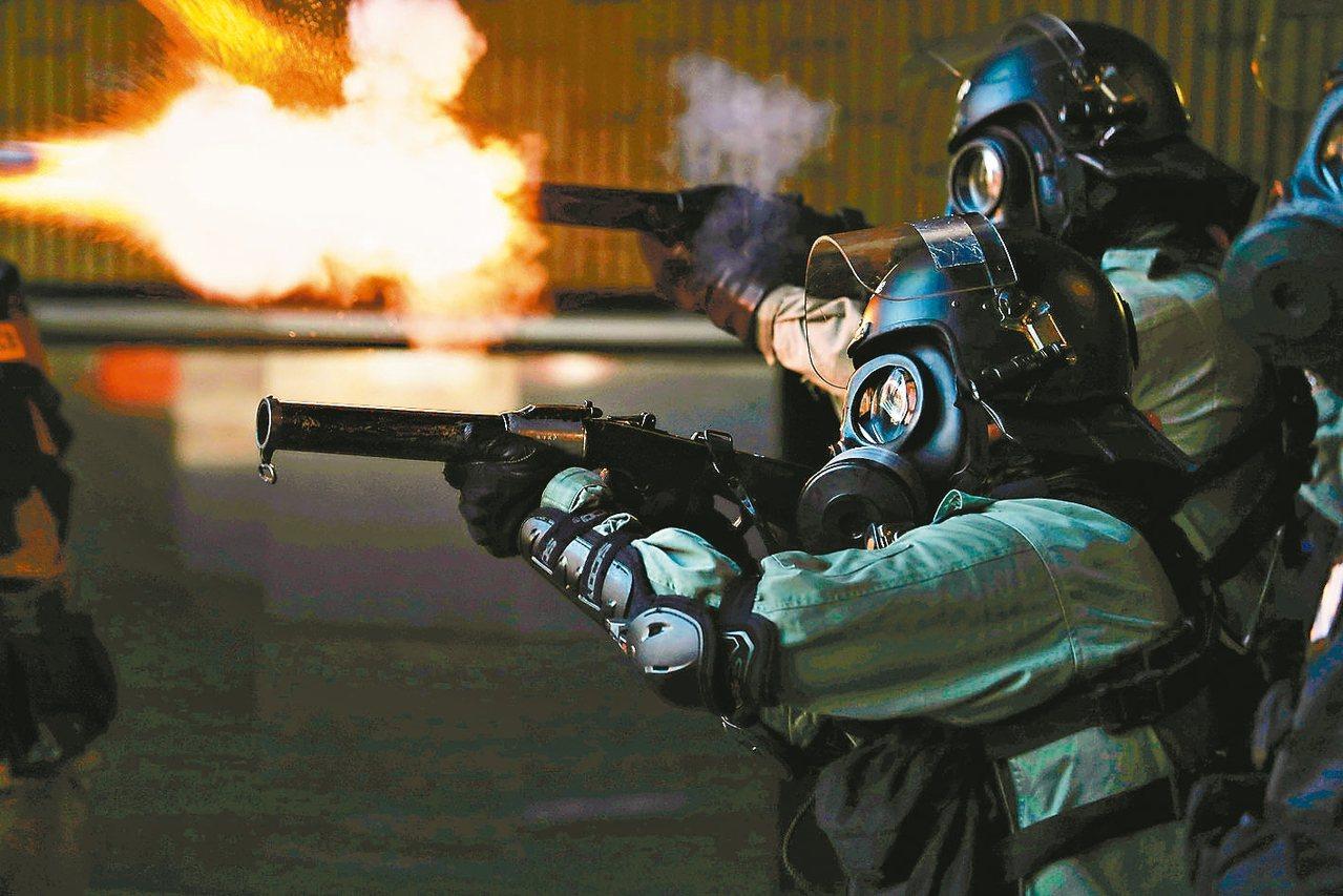 港警發射催淚彈理大示威者準備撤離時,港警持續施放催淚彈。 路透