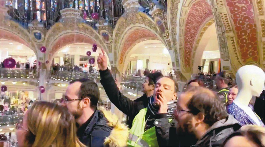 法國巴黎拉法葉百貨17日下午遭「黃背心」示威者進入抗議後暫停營業。 取自推特@R...