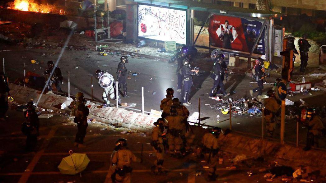 香港理工大學外示威者與港警對峙整夜,衝突不斷。 (路透)