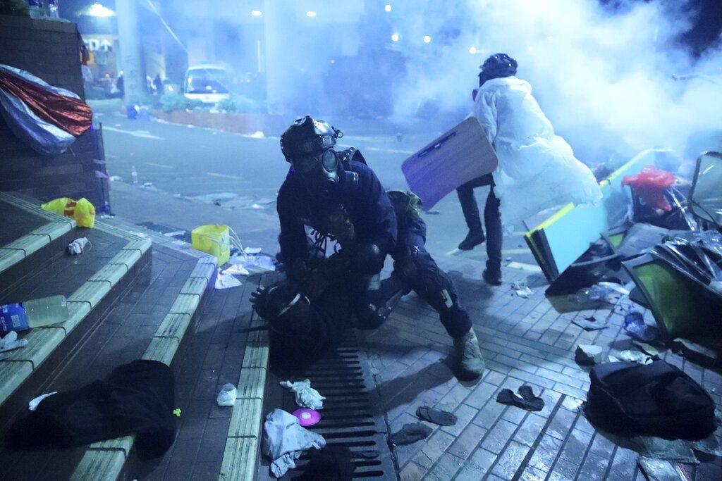 港警與香港理工大學抗爭者一夜僵持。美聯社