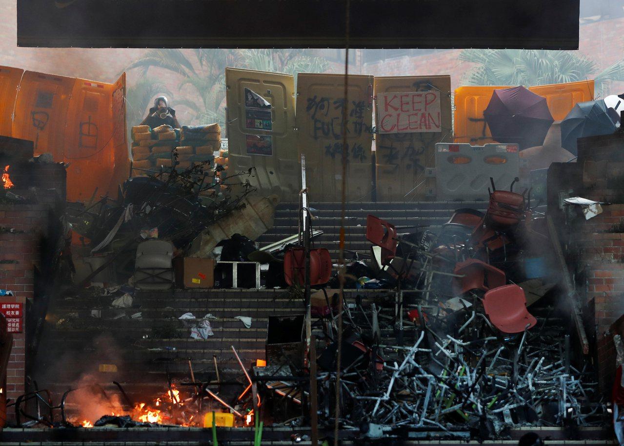 香港理工大學一夜抗爭,現場凌亂。路透社