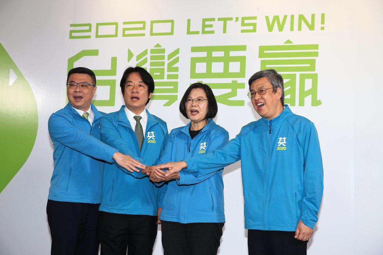 蔡英文(右二)確定搭檔賴清德(左二)爭取連任,民進黨主席卓榮泰(左一)扮演關鍵角...