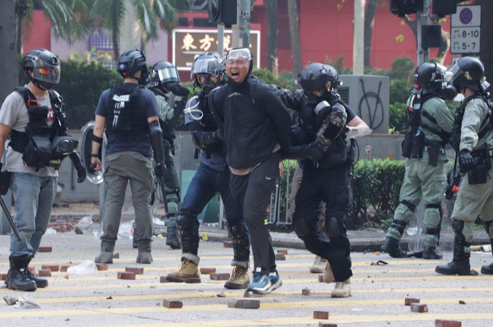 香港理工大學18日成為反送中主戰場,警方封鎖周圍500公尺,漆咸道和金馬倫道周圍...