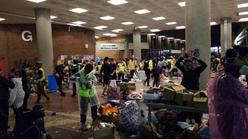 理工校內仍有大批示威者聚集,另有多名急救員及記者未離開。網路圖片