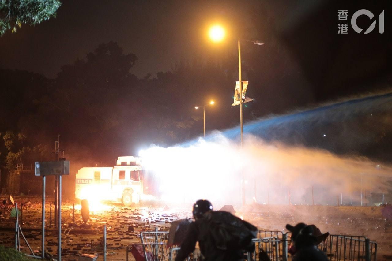 理工一帶的衝突由昨晚延至今日凌晨,警方一度出動水炮車驅散。(余睿菁攝)