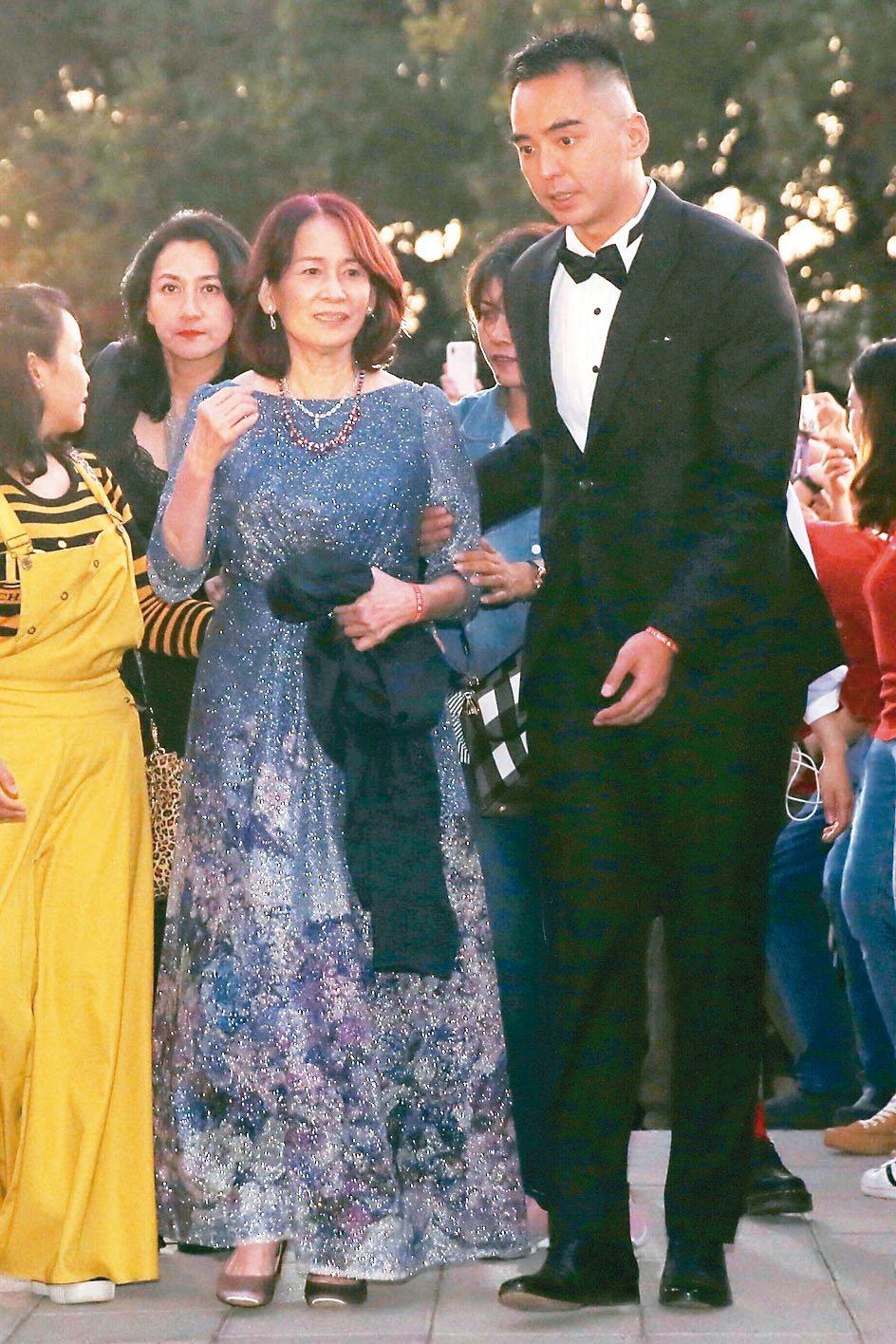 林志玲的媽媽吳慈美(右二)與哥哥林志鴻。 記者林伯東/攝影