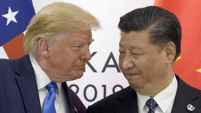 美國總統川普(左)與中國領導人習近平(右)。美聯社