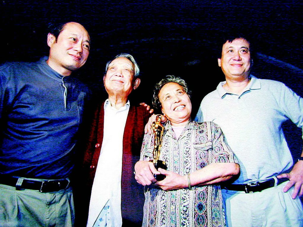 李安(左一)、父親李昇(左二)、母親楊思莊(左三)。報系資料庫