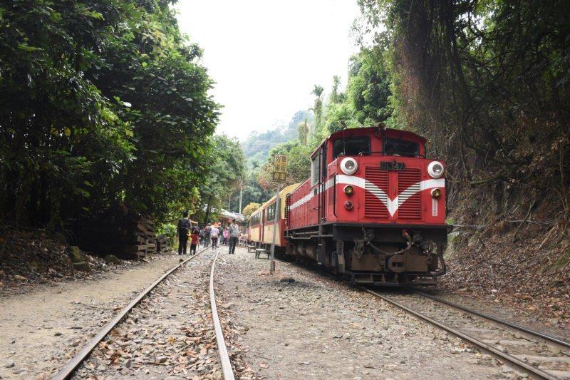 「洋溢.崎步走」第4季主題列車帶領遊客前往獨立山車站,除了欣賞獨特的三螺旋工法,...