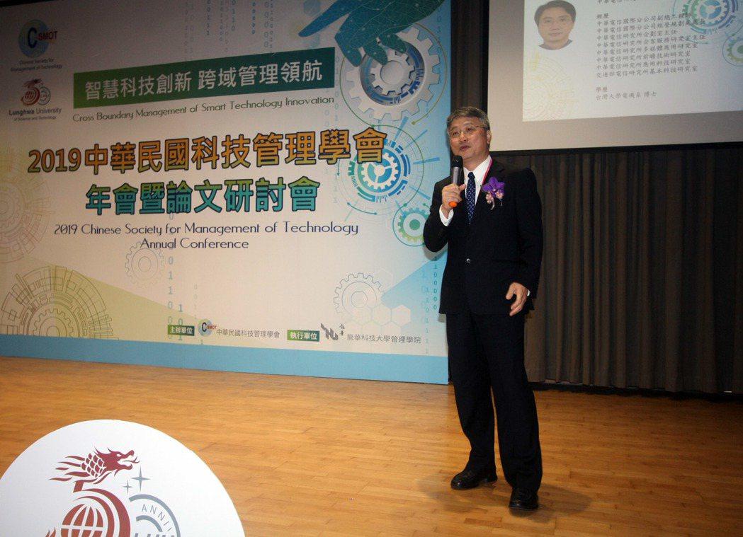 中華電信研究院副院長陳榮貴以「智慧企業與數據科學」進行專題演講。龍華科大/提供