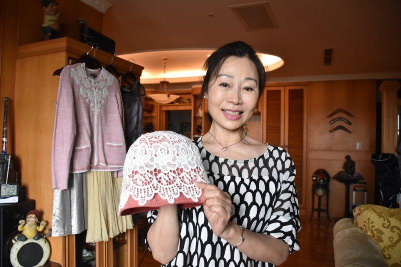 廖麗娜說,這是十多年前好朋友送她的帽子,對她來說意義非凡,自己則是用白色蕾絲裝飾...