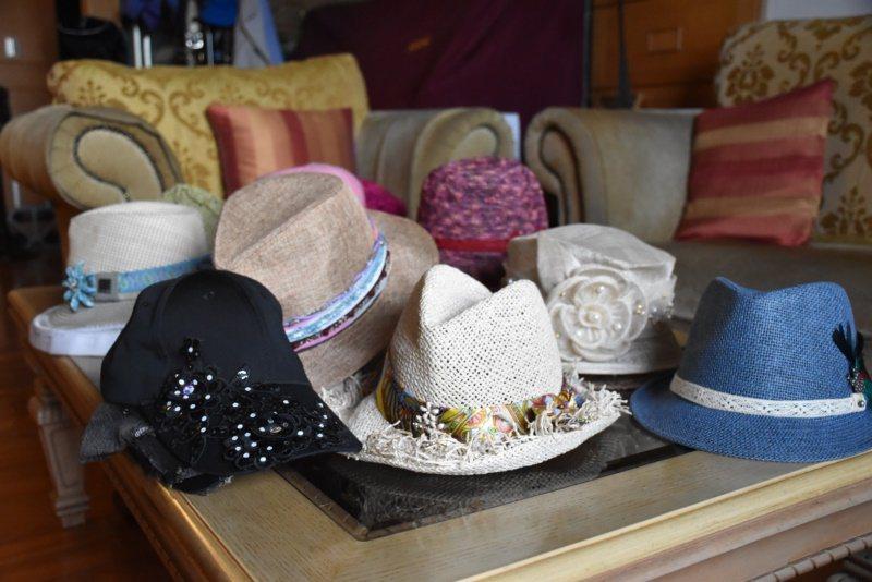 麗娜家中有4、50頂帽子,有朋友送的、自己出去玩買的等等,但買到的款式有些是太素...