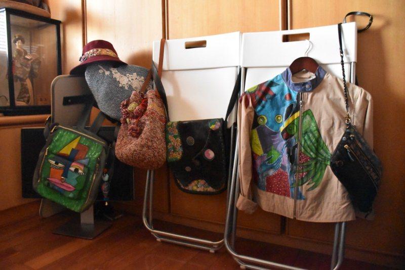 廖麗娜也會用壓克力顏料彩繪衣服、包包,也會自己編織包包、帽子。 圖/江婉儀攝影