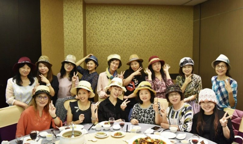 廖麗娜說,之前與朋友一起聚餐,拿出自己的帽子時,朋友都覺得很漂亮,說她很有創意,...
