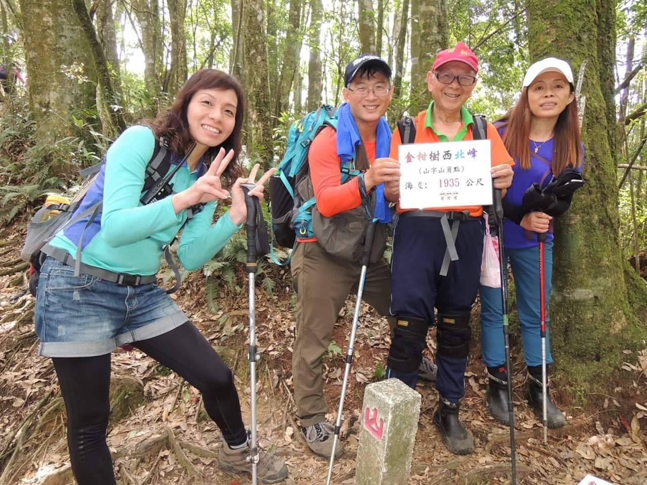 黎振聲(右二)的體力一點也不輸給年輕人,每周三仍固定跟登山隊一起爬山。 圖/黎振...