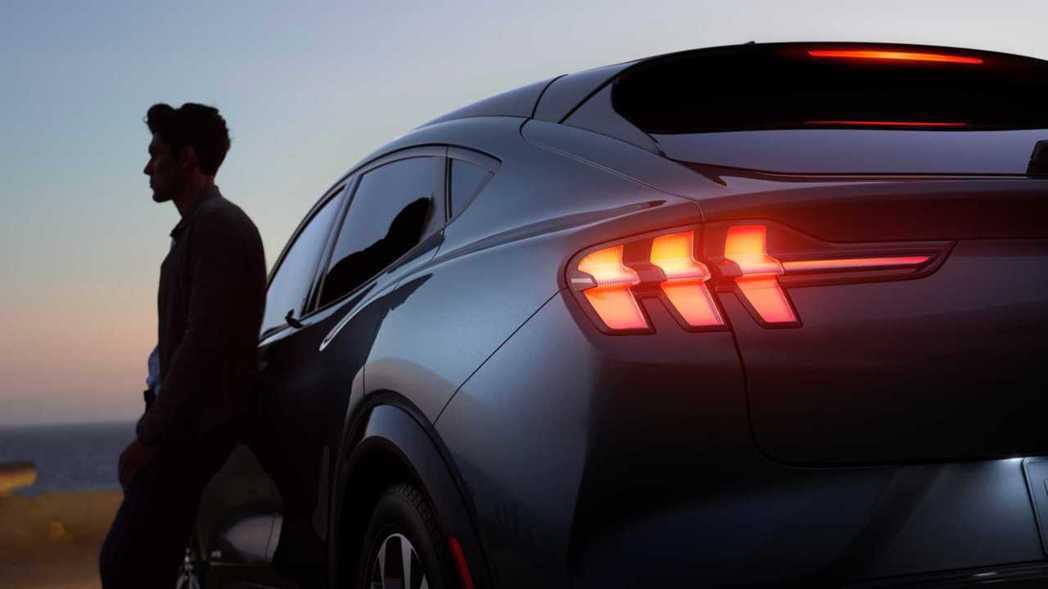 Ford Mustang Mach-E仍然保留了野馬經典的三格柵式尾燈ㄡ 摘自F...