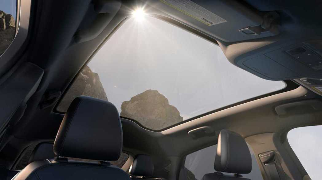 Ford在Mach-E車頂配備擁有特殊塗層的玻璃全景天窗。 摘自Ford