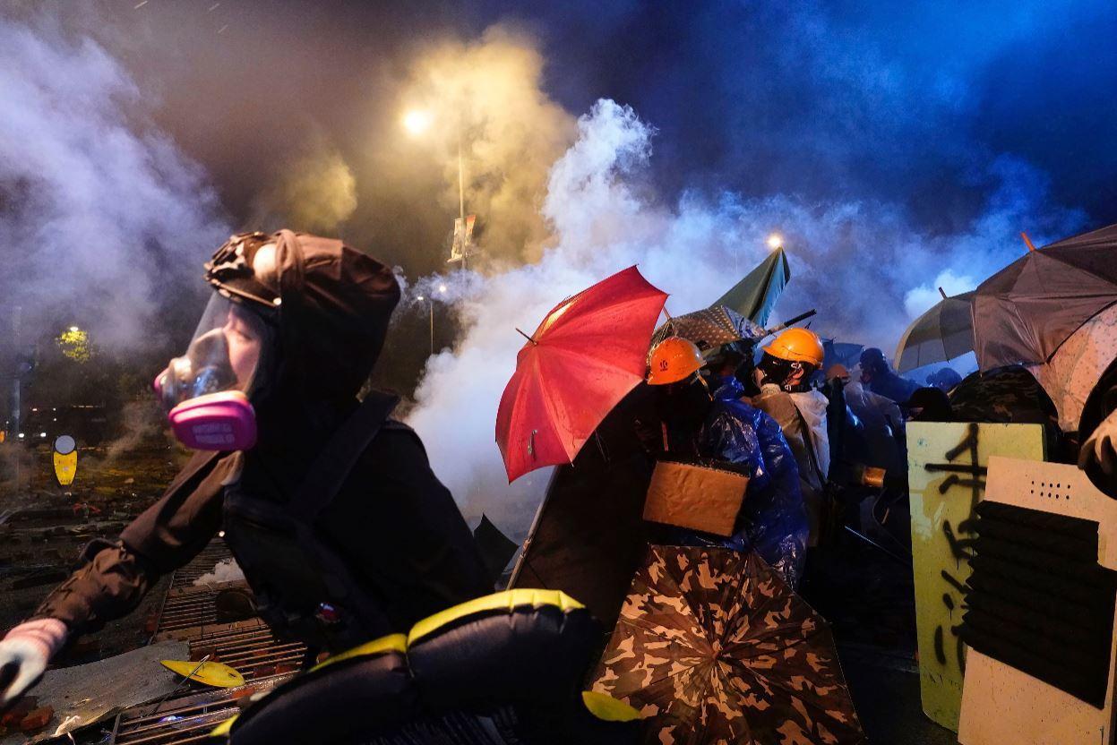11月18日,示威者於香港理工大學反抗港警攻打。 圖/美聯社