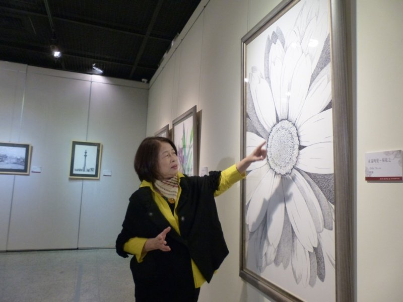 在花草創作部分,翁金珠說,她看重的是小花小草的生命力,牽牛花、鳶尾花、彰化縣花菊...