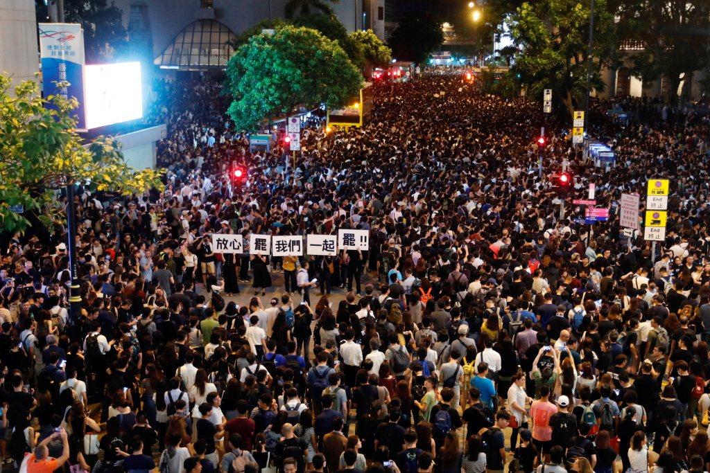 8月2日,香港公務員發起「公僕仝人,與民同行」集會。 圖/路透社